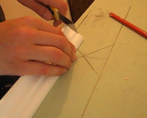 как клеится потолочный плинтус